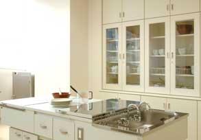 調理台と調理道具がある調理室